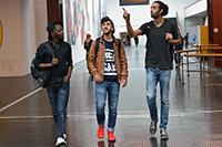 Der Bielefelder Lehramtsstudent Maurice Theis zeigt Farhad Khalil aus Syrien und Oumar Diakhaby aus Guinea (v. r.) die Universität aus studentischer Sicht. Foto: Universität Bielefeld