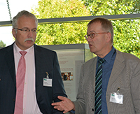 Prof. Ralf Gold, Forschungsdekan der Medizinischen Fakultät an der RUB, und Prof. Martin Egelhaaf, Prorektor Forschung der Universität Bielefeld, diskutieren über die zukünftige Zusammenarbeit im Rahmen des Forschungsfonds Medizin. Foto: Universität Bielefeld