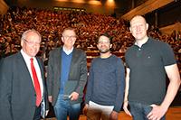 """Oberbürgermeister Pit Clausen, Prorektor Prof. Dr. Marin Egelhaaf, Sami Maztoul und Ulrich Dubbert von der Kampagne """"Uni ohne Vorurteil"""" (v.l.) informierten die Erstsemester im Audimax. Foto: Universität Bielefeld"""