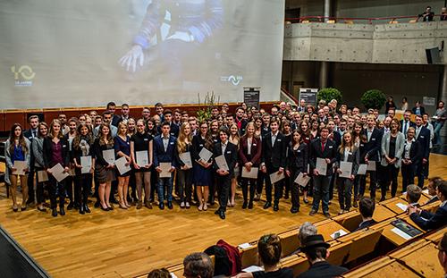 Die Bielefelder Stipendiatinnen und Stipendiaten mit ihren Förderern bei der Stipendienvergabe. Foto: Universität Bielefeld