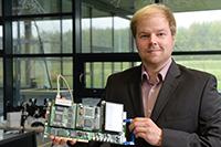 Marten Vohrmann vom Exzellenzcluster CITEC mit dem adaptiven Netzwerkknoten, der auf der Zuliefermesse FMB demonstriert wird. Foto: CITEC/Universität Bielefeld