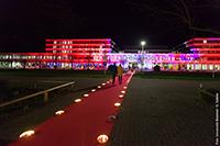 Der rote Teppich zeigt den Gästen den Weg in das illuminierte Gebäude X zum Sektempfang. Foto: Universität Bielefeld / S. Sättele