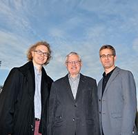 Ansprechpartner für die Einrichtung einer de.NBI-Cloud am CeBiTec der Universität Bielefeld: Prof. Dr. Jens Stoye, Prof. Dr. Alfred Pühler und Dr. Alexander Sczyrba (v.l.). Foto: Universität Bielefeld