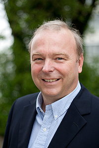 Prof. Dr. Armin Gölzhäuser betreut in einem neuen europäischen Netzwerk Promovierende, die mit Licht und Elektronenstrahlen Moleküle bearbeiten. Foto: Universität Bielefeld