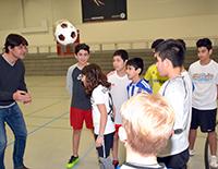 Der ehemalige Profifußballer Uwe Fuchs gibt den Kindern und Jugendlichen aus dem Bielefeld United-Projekt immer gern Tipps.