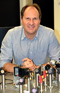 Prof. Dr. Thomas Huser und sein Team haben ein Verfahren für die hochauflösende Mikro-skopie von Zellen weiterentwickelt. Damit können sie die Zellen ohne Trägermaterial fest-halten und optische Aufnahmen mit ähnlicher Auflösung wie mit Elektronenmikroskopen erhalten. Foto: Universität Bielefeld