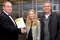 Preisvergabe in der Universität: Thomas Lüttenberg, Katsiaryna Shkaruba und Prof. Dr. Wilfried Raussert (v.l.). Foto: Universität Bielefeld