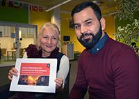 Fazel Nasry entwickelte die App als Studienarbeit. Dafür hat er mit dem Fachsprachenzentrum unter der Leitung von Dr. Susanne Hecht zusammengearbeitet. Foto: Universität Bielefeld