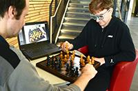 """Das Projekt """"Ceege"""" erfasst mit speziellen Brillen, wohin Schachspieler blicken. Meist richten die Spieler ihre Aufmerksamkeit auf Schlüsselfiguren. Foto: CITEC/Universität Bielefeld"""