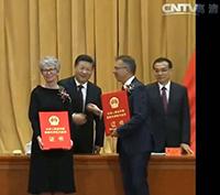 Chinas Staatspräsident Xi Jinping (mitte) überreichte die Urkunde persönlich an Prof. Dr. Katharina Kohse-Höinghaus