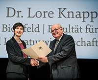 Akademiepräsident Wolfgang Löwer gratuliert der neuen Kollegiatin Lore Knapp. Foto: AWK