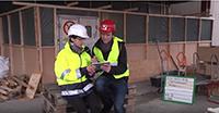 Silke Wehmeier vom BLB und Baureporter Dirk Ludewig durften aus Sicherheitsgründen nicht selbst in den Schwarzbereich.