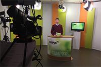Fotounterzeile: Moderator Timo Peitsch im Campus TV Studio bei der Aufzeichnung der 114. Ausgabe.Foto: V. Maiwald/Campus TV