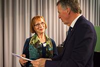 Grete Röder erhält von Dr. Werner Efing den Sonderpreis.