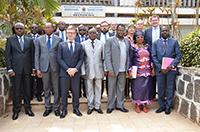 Vertreter aus Kamerun und Deutschland feiern die Eröffnung der neuen bilateralen Graduiertenschule YaBiNaPA der Universitäten Bielefeld und Yaoundé (Kamerun).