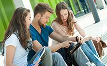 Studierende vor Gebäude X