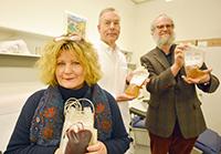Sie wollen in ihrer Kooperation Proteine in Blutplasma ausfindig machen, die helfen, alte Organe zu erneuern (v.l.): Prof. Dr. Barbara Kaltschmidt, Prof. Dr. med. Cornelius Knabbe und Prof. Dr. Christian Kaltschmidt. Foto: Universität Bielefeld
