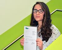 Zalloukh Horo aus Syrien hat als eine der drei Besten die Deutsche Sprachprüfung für den Hochschulzugang bestanden. Seit knapp eineinhalb Jahren ist sie in Deutschland. Ihr Wunsch: Ein Medizinstudienplatz. Foto: Universität Bielefeld