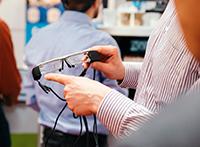 Die intelligente Brille ADAMAAS gibt dezente Hilfestellung im Alltag.Foto: OWL GmbH/Adamski