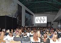 Kinoatmosphäre in der Universitätshalle: Bereits zum fünften Mal wird die Trennwand zur Filmleinwand. Foto: Universität Bielefeld
