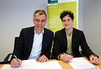 Prof. Dr.-Ing. Gerhard Sagerer, Rektor der Universität Bielefeld, und Markus Kreßler, Mitbegründer von Kiron Open Higher Education, unterzeichnen den Kooperationsvertrag.Foto: Universität Bielefeld