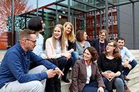 BU: Die acht Talentscouts und die Koordinatorin des Projekts Talentscouting OWL.
