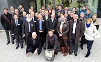 Am neuen SFB-TRR beteiligte Wissenschaftlerinnen und Wissenschaftler aus Bielefeld, Darmstadt und Frankfurt. In der ersten Reihe: Sprecher Professor Dr. Dirk Rischke (Mitte) und die stellvertretenden Sprecher Professor Dr. Jochen Wambach (zweiter von rechts) und Professor Frithjof Karsch (zweiter von links, Universität Bielefeld)