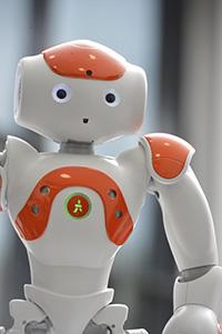 Kinder und Erwachsene werden bei der GENIALE zu Forschern – zum Beispiel, wenn sie am CITEC Roboter wie Nao kennenlernen. Foto: Universität Bielefeld/CITEC