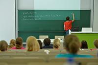 Ein Jahr lang in Vollzeit können sich geflüchtete Lehrkräfte an der Universität Bielefeld für den Arbeitsmarkt Schule in NRW qualifizieren. Foto: Universität Bielefeld