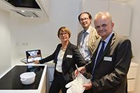 Mit dem KogniChef kochen, ohne dass etwas anbrennt (von links): Gabriele Albrecht-Lohmar vom Bundesbildungsministerium, Prof. Dr. Helge Ritter vom Exzellenzcluster CITEC und Prof. Dr. Günther Wienberg von Bethel. Foto: Universität Bielefeld