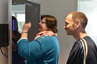 Petra Sadra und Dirk Weber leben in Bethel. Am Freitag testeten sie, wie ihnen der KogniHo-me-Spiegel hilft, gut in den Tag zu kommen. Foto: Universität Bielefeld