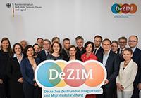 Aufbau zur Gründung des Deutschen Zentrums für Integrations- und Migrationsforschung (DeZIM).