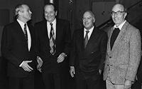 23. Oktober 1996: Gerd Seidensticker (3. v. l. ) wird vom Rektor Gert Rickheit (l.) zum Ehrenbürger der Universität Bielefeld ernannt. Ebenfalls im Bild: Professor Niklas Luhmann (r.) und Dr. Harro Heim (2. v. l.) , Leitender Bibliotheksdirektor.