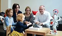 Für das Projekt L2TOR arbeiten Prof. Dr. Stefan Kopp (rechts) und Dr. Kirsten Bergmann (Mitte) vom Exzellenzcluster CITEC mit der Erzieherin Joanna Rogalla (links) vom Kindergarten Unterm Regenbogen in Bielefeld-Senne zusammen. Foto: CITEC/Universität Bielefeld