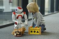 Wie ein Roboter Kinder beim Erlernen einer Zweitsprache unterstützen kann, untersuchen Forschende des Exzellenzclusters CITEC in einem EU-Projekt. Foto: CITEC/Universität Bielefeld