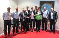 """Preisverleihung mit Jury und Unterstützern: Boas Pucker (4. v.l.), Tatjana Walter und Nadja Henke (5.v.l.) vom Team """"Bicomer"""" (6. v.l.) sind die Sieger des deutschen Entscheids im Wettbewerb für Geschäftsideen mit nachwachsenden Rohstoffen. Foto: CLIB2021"""