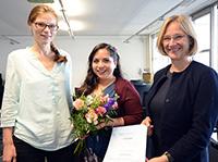 Laudatorin Dr. Annett Jorschick, Preisträgerin Kiara Fiorella Abad Bruzzo und Prorektorin Prof. Dr. Angelika Epple (v.l.) bei der Preisverleihung des DAAD- Preises. Foto: Universität Bielefeld