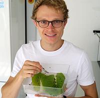 Dr. Thorben Müller erforscht, wie sich Pestizide auf Blattkäfer auswirken. Der Nachwuchsfonds der Universität Bielefeld hat diese Forschungsarbeit gefördert. Foto: Universität Bielefeld