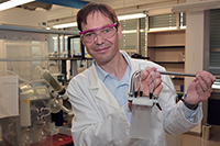 """Prof. Dr. Harald Gröger arbeitet in """"ONE-FLOW"""" an einem Herstellungsverfahren für chemische Substanzen durch Kombination von Bio- und Chemokatalyse in Flow-Reaktoren. Die chemi-schen Reaktionen werden zum Beispiel in Kassetten mit Strömungsrohren (Bild) durchgeführt."""