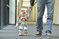 """Im Workshop """"Dein Roboterführerschein"""" erleben die Besucherinnen und Besucher Roboter hautnah. Foto: Universität Bielefeld"""