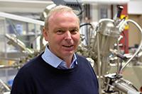 """Prof. Dr. Armin Gölzhäuser stellt in """"research_tv"""" seine Forschung zu Nano-Membranen vor. Foto: Universität Bielefeld"""