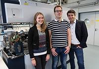 Johanna Schäfermann, Jan Lösch und Georg Kliewer (v.l.) entwickeln ein Analyseverfahren für die bildgebende Massenspektrometrie.  Foto: Universität Bielefeld