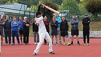 Cricket im Sportunterricht: Am Tag des Schulsports testen die Lehrerinnen und Lehrer wie hier im vergangenen Jahr diverse Sportarten. Foto: Universität Bielefeld