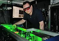 Um Elektronen aus dem Halbleiter-material auszulösen, beschießen die Bielefelder Forscher es mit ultrakurzen Laserpulsen. Foto: Universität Bielefeld