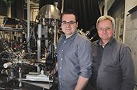Mit Lasertechnik untersuchen sie, wie Elektronen in Halbleitern auf Licht reagieren (v.l.): die Physiker Sergej Neb und Prof. Dr. Walter Pfeiffer im Attosekundenlabor der Universität Bielefeld. Foto: Universität Bielefeld