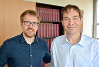 Tobias Betke und Prof. Dr. Harald Gröger zeigen, wie Nitrile effizient und umwelt-freundlich erzeugt werden können.
