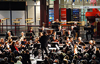Die Bielefelder Philharmoniker spielen zu Semesterstart in der zentralen Halle der Universität. Foto: Universität Bielefeld