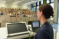 Einblick in die Berufswelt: Die Referentinnen und Referenten informieren in der Woche der Berufsorientierung über Einstiegsmöglichkeiten. Foto: Universität Bielefeld