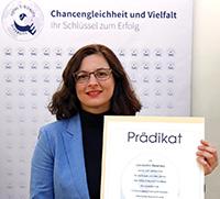 Eleni Andrianopulu, die Referentin der Prorektorin für Internationales und Diversität, nahm die Auszeichnung für die Universität Bielefeld in Gelsenkirchen entgegen.Foto: Thomas Range