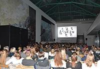 Kinoatmosphäre in der Universitätshalle: Bereits zum sechsten Mal wird die Trennwand zur Filmleinwand. Foto: Universität Bielefeld